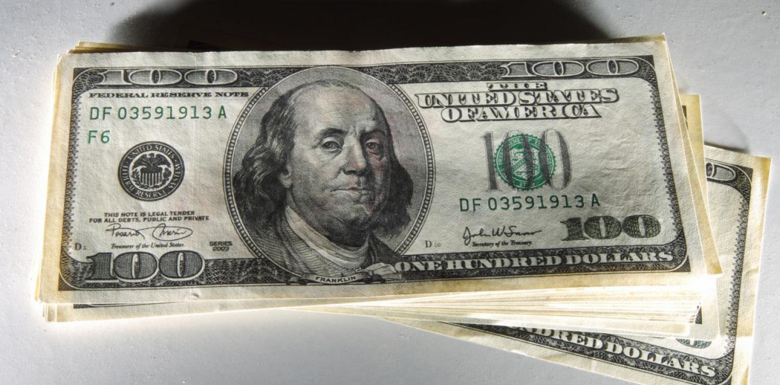 Доллар снизился на межбанке после резкого роста